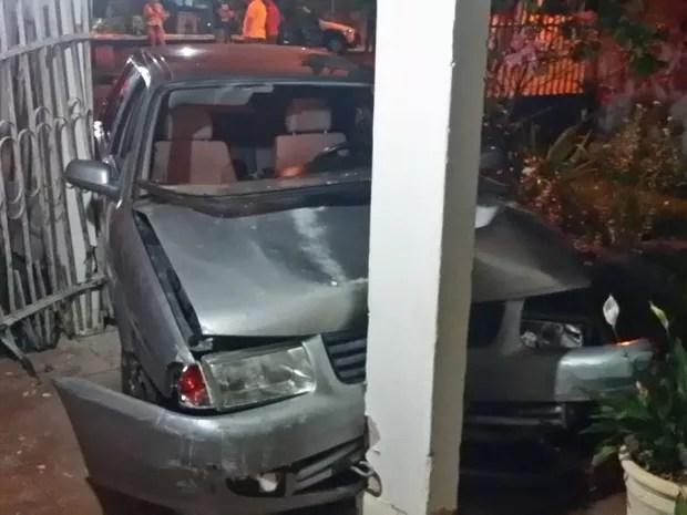 Carro invade casa em Votuporanga (Foto: Divulgação/Votunews)