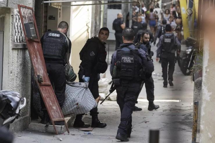 Policiais civis durante operação na manhã desta quinta-feira (6) no Jacarezinho, no Rio de Janeiro — Foto: Ricardo Moraes/Reuters