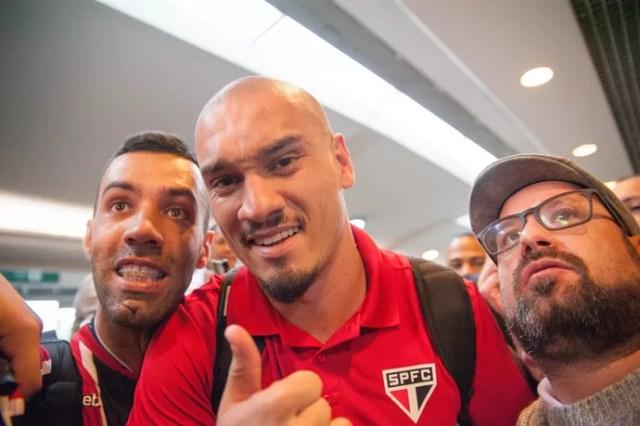 Maicon desembarque São Paulo (Foto: Rogério Gomes/Brazil Photo Press/Estadão Conteúdo)