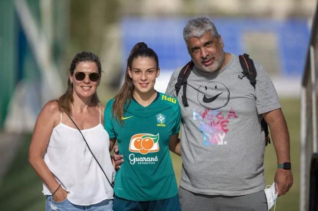 Giovana Queiroz com os pais — Foto: Richard Callis/CBF