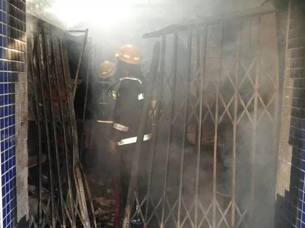 Bombeiros foram acionados por volta das 7h (Foto: Chico Buzzi/RBS TV)