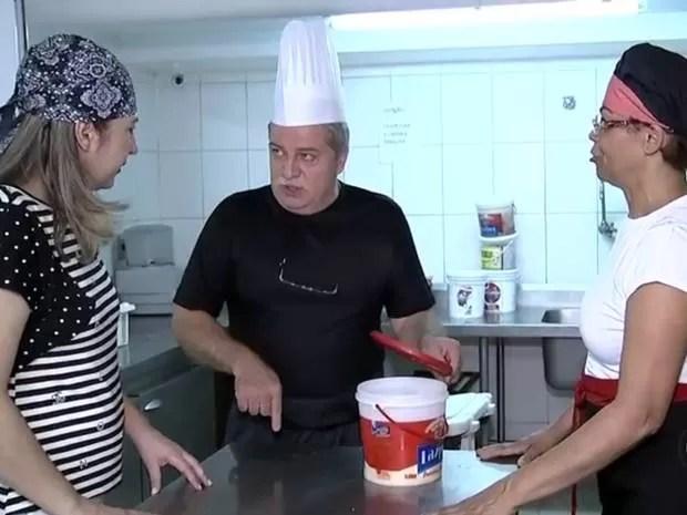 Safarian dá orientação na cozinha de restaurante árabe (Foto: Reprodução/TV TEM)