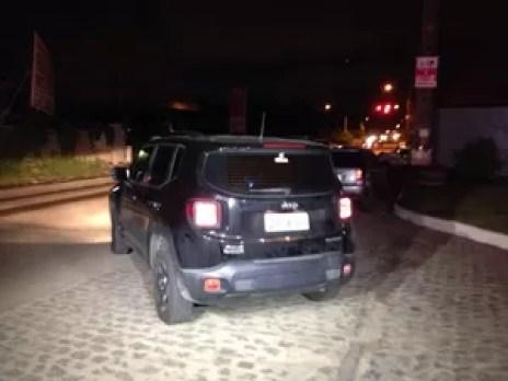 Carro do empresário Paulo Cesar Morato foi levado pela Polícia Civil (Foto: Bruno Marinho/G1)