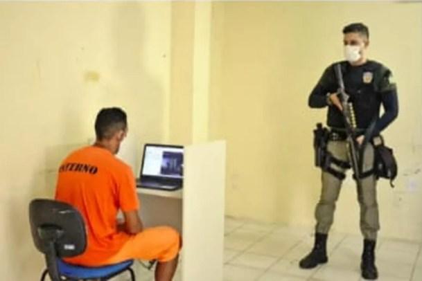Detentos agora têm direito a visita virtual que dura 5 minutos — Foto: Defensoria Pública/reprodução