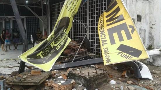 Loja automotiva foi atingida no momento do acidente e ficou completamente destruída. (Foto: Divulgação)