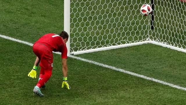 Muslera observa a bola entrar no gol após falhar no segundo gol da França contra o Uruguai