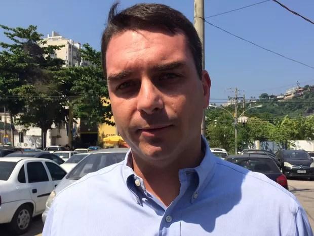 Flávio Bolsonaro prestou depoimento na 16 DP (Barra da Tijuca) (Foto: Gabriel Barreira/ G1)