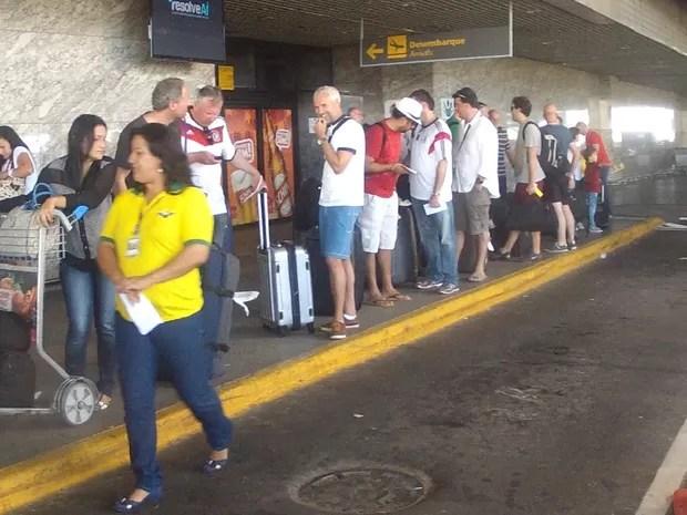 Vários alemães desembarcaram no Aeroporto Pinto Martins nesta quarta (Foto: TV Verdes Mares/Reprodução)