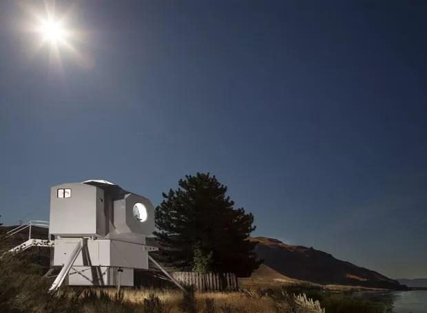 O engenheiro naval Kurt Hughes construiu ele próprio sua versão do módulo lunar. Foto tirada durante um eclipse (Foto: Steve Ringman / The Seattle Times )