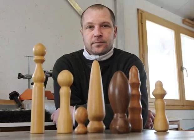 O carpinteiro francês Thierry Germain mostra seus brinquedos sexuais de madeira (Foto: AFP)