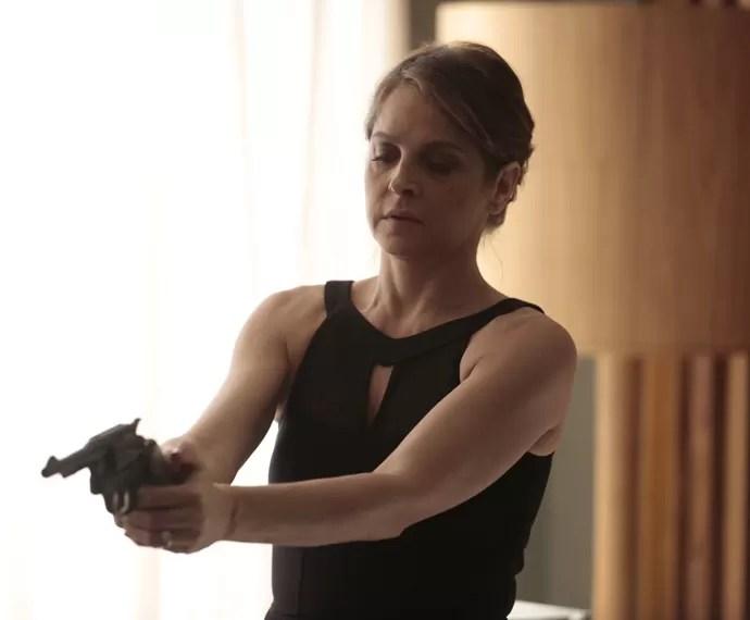 Carolina aparece com arma no quarto de Alex (Foto: Felipe Monteiro / Gshow)