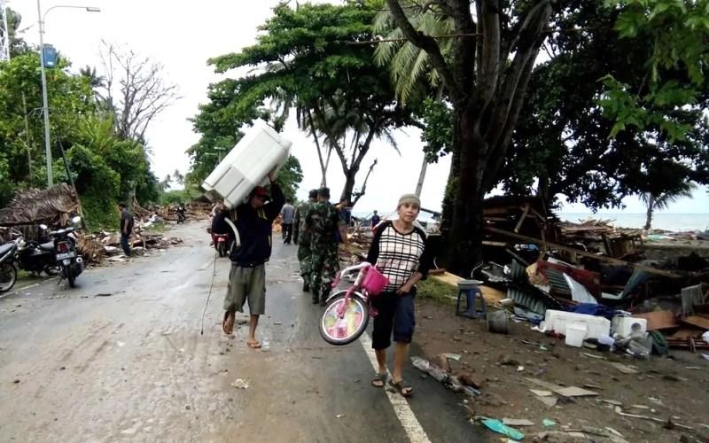 Moradores deixam área afetada por ondas gigantes — Foto: AFP Photo