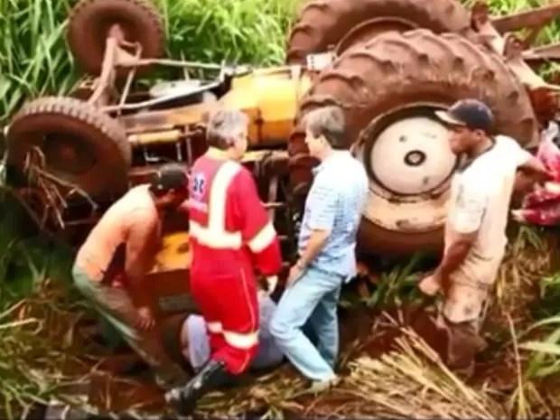 Máquina caiu sobre o condutor de 30 anos que sofreu várias fraturas pelo corpo (Foto: Lucas Pereira/Repórter na Rua)