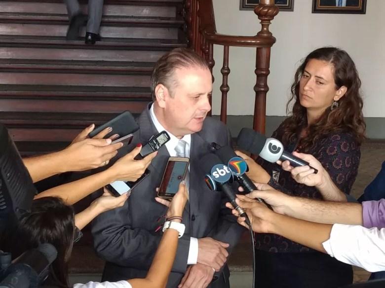 Delegado Ricardo Cysneiros deu detalhes da prisão do suspeito (Foto: Pedro Alves/G1)