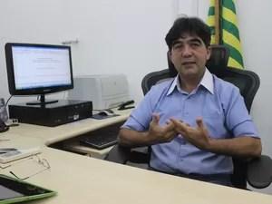Ex-prefeito destaca importância da moeda para a cidade (Foto: Ellyo Teixeira/G1)