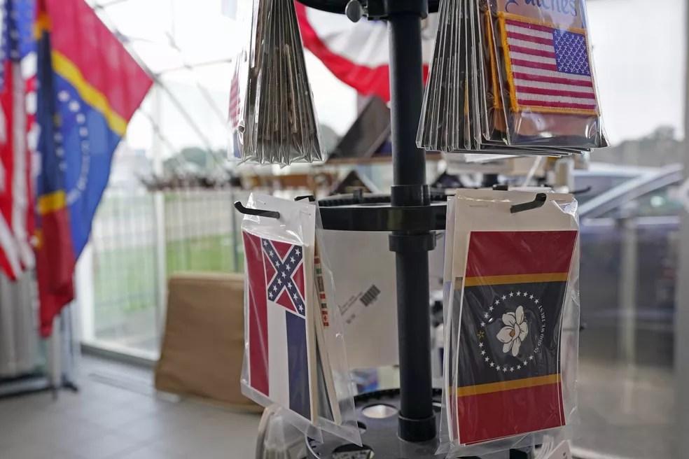 As duas bandeiras do Mississippi, a antiga e a nova, à venda em uma loja na cidade de Jackson em 27 de outubro de 2020 — Foto: Rogelio V. Solis/AP