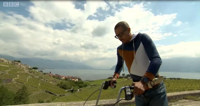 Com ajuda de implante na medula, David M'Zwee voltou a andar — Foto: BBC