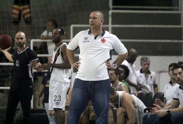 Técnico do Vasco em jogo contra o Macaé em São Januário (Foto: Paulo Fernandes/Vasco.com.br)
