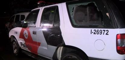 Vidro de viatura foi quebrado pelo suspeito, segundo a PM de Mogi Mirim — Foto: Reprodução/EPTV