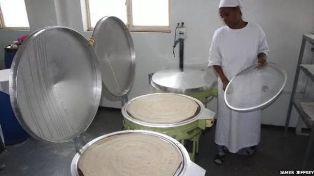 Grão é transformado em pão achatado acinzentado chamado 'injera'  (Foto: James Jeffrey)