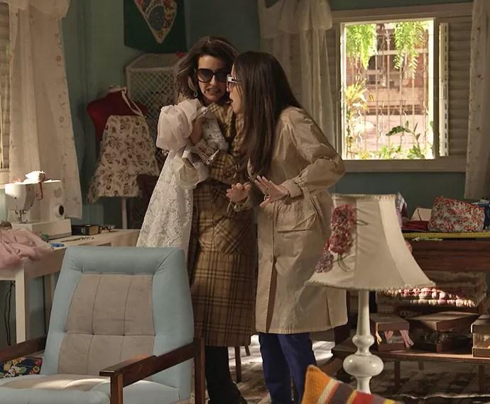 Silvéria e Mirela roubam o vestido de Soraya na casa de Eva (Foto: TV Globo)