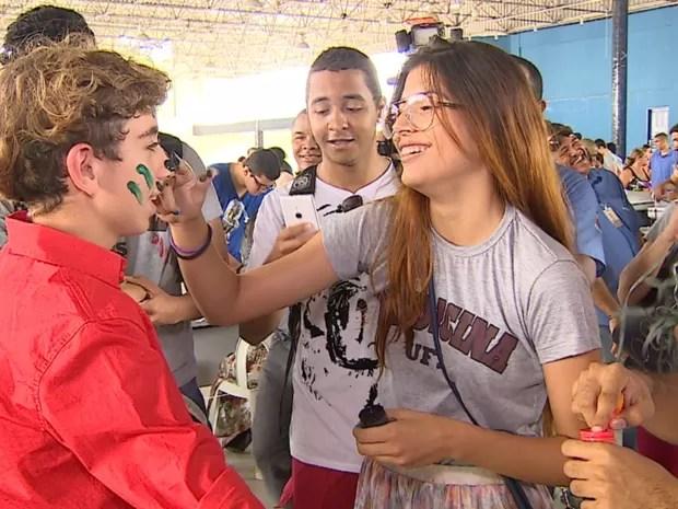 José Victor recebe trote e entra na brincadeira  (Foto: Reprodução/TV Sergipe)
