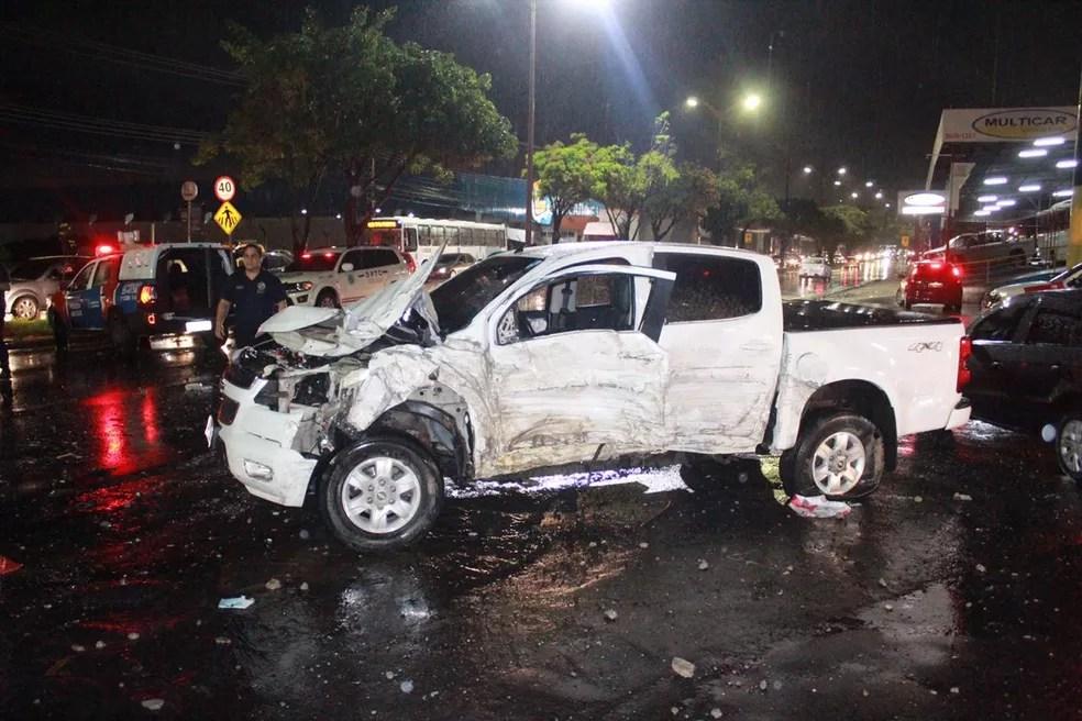 Picape também foi atingida pelo coletivo — Foto: Rickardo Marques/G1 AM