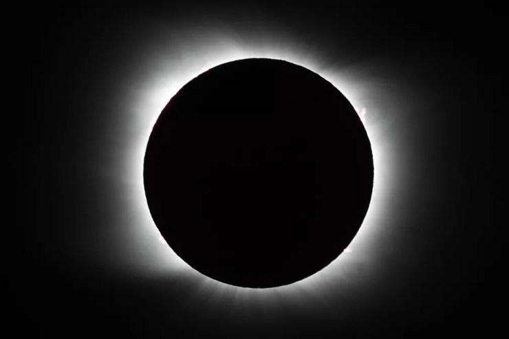 Foto mostra Sol totalmente encoberto pela Lua durante eclipse solar total nesta segunda-feira (14). — Foto: Natacha Pisarenko/AP
