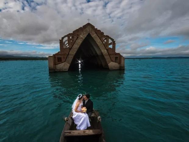Nayara e Gustavo durante o ensaio pré-casamento na igreja submersa de Petrolândia (Foto: Divulgação/Priscila Fontinele)