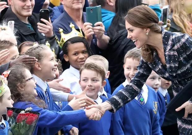 Kate Middleton cumprimenta a criançada (Foto: Getty Images)