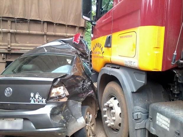 Carreta atingiu carro de passeio que foi arrastado até outras duas carretas. (Foto: Reprodução/ TVCA)