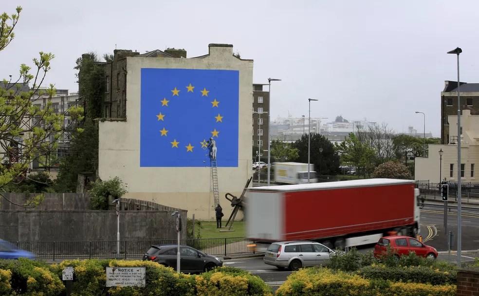 Mural feito por Banksy em prédio de Dover, na Inglaterra (Foto: Gareth Fuller/via AP)