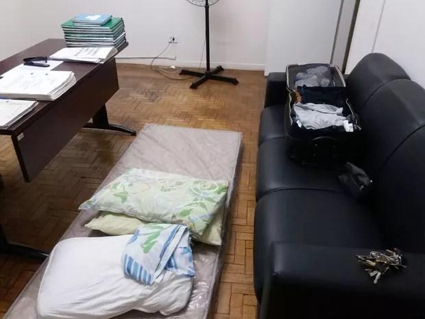 Policial afirma que dorme na própria delegacia durante a semana (Foto: Daniel Hubscher Ávilla/Cedida)
