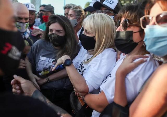 Dalma e Gianinna, filhas de Maradona, participaram da marcha em frente ao Obelisco e carregavam uma faixa que pedia a condenação dos culpados. — Foto: Agustin Marcarian/Reuters