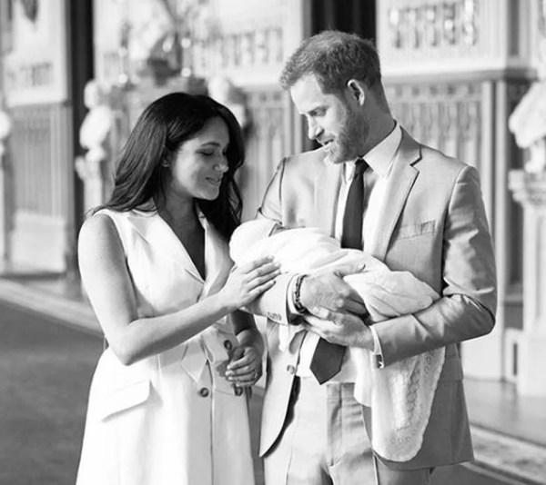Meghan e Harry apresentam o filho Archie — Foto: Reprodução Instagram