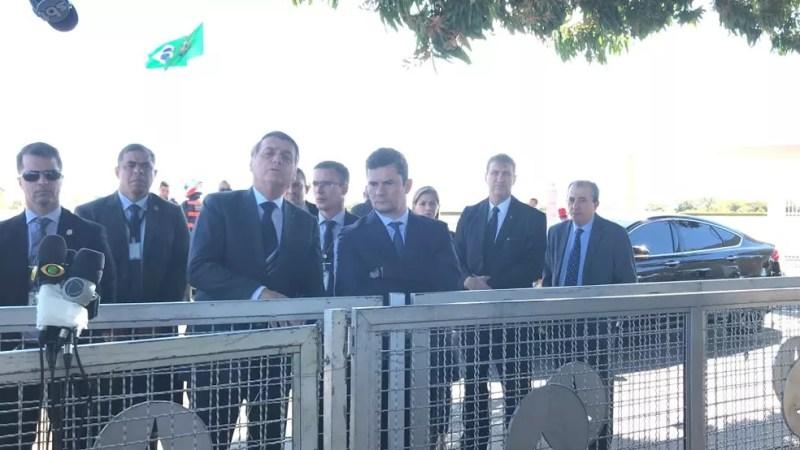 Bolsonaro, ao lado do ministro da Justiça, Sergio Moro, falou com jornalistas na porta do Palácio da Alvorada nesta sexta-feira (9) — Foto: Guilherme Mazui/G1