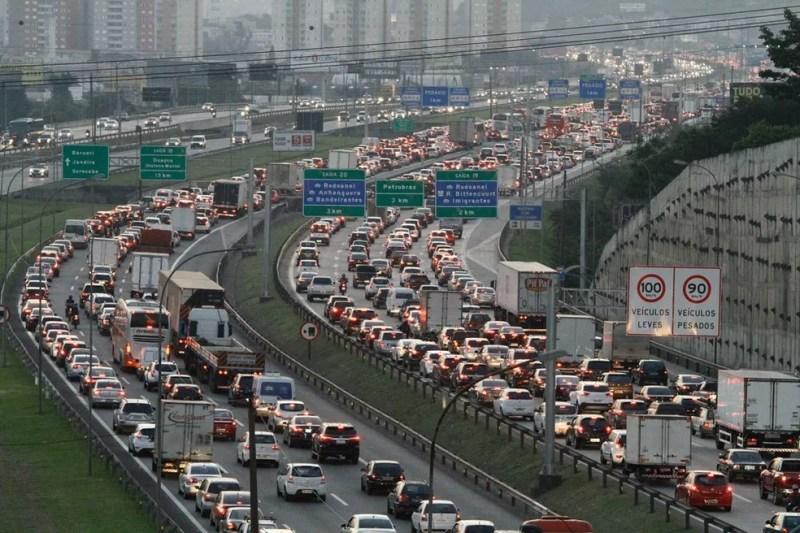 Trânsito intenso na saída de São Paulo pela Rodovia Castelo Branco (Foto: FÁBIO VIEIRA/FOTORUA/ESTADÃO CONTEÚDO)