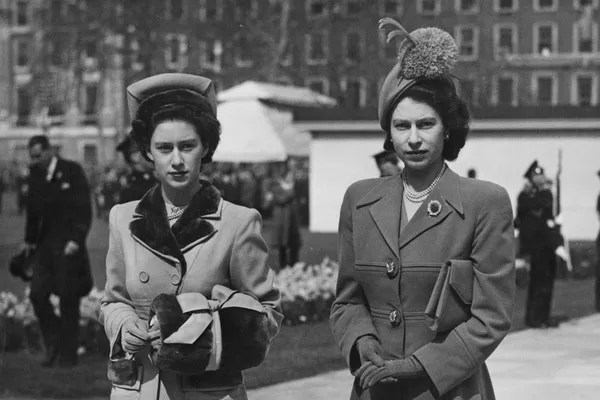 Queen Elizabeth 2nd with her sister Princess Margareth in 1948 photo (Photo: Getty Images)