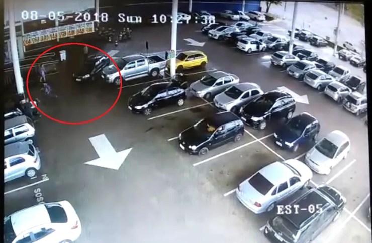 Pedestre quase foi atingido por carro desgovernado em Pederneiras (Foto: Reprodução/TV TEM)