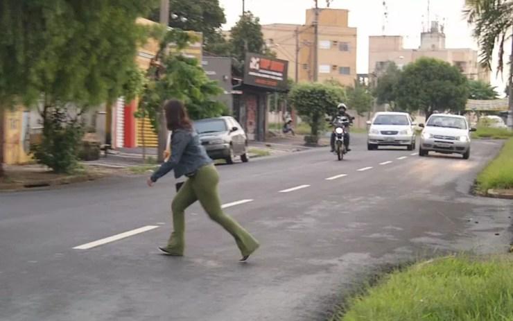 Mulher corre para atravessar avenida em Rio Preto sem faixa de pedestre (Foto: Reprodução/TV TEM)