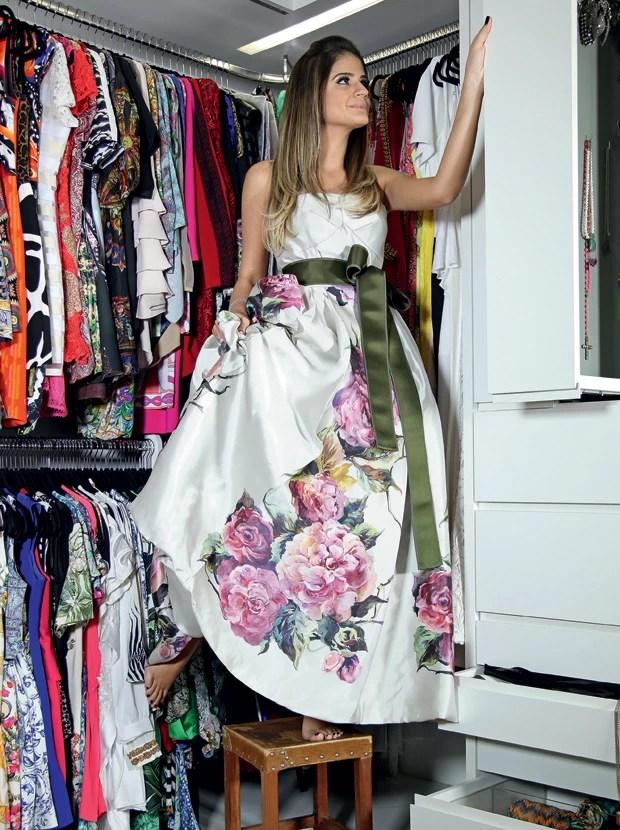 A blogueira se apoia vestindo tomara que caia Dolce & Gabbana nos nichos criados especialmente para guardar suas bijoux (Foto:  )