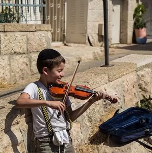 Menino toca violino na rua em Jerusalém (Foto: Paulo del Valle/Divulgação)