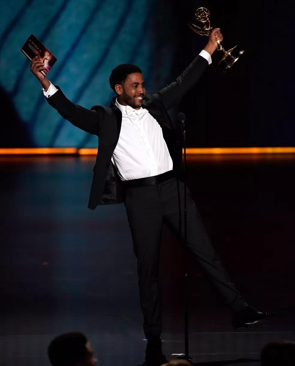 Jharrel Jerome comemora o prêmio de melhor ator por uma série limitada ou filme para TV, por 'Olhos que condenam', no 71º Emmy no Microsoft Theatre, em Los Angeles, no domingo (22) — Foto: Reuters/Mike Blake