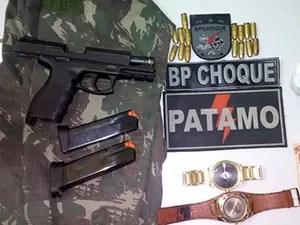 Material apreendido com os suspeitos (Foto: Divulgação/BPChoque)