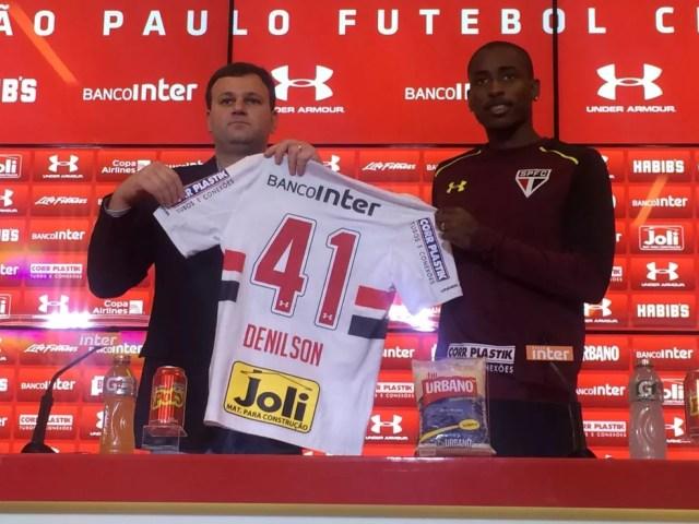 Denilson recebe a camisa 41 do São Paulo de Vinicius Pinotti, diretor executivo (Foto: Marcelo Prado)