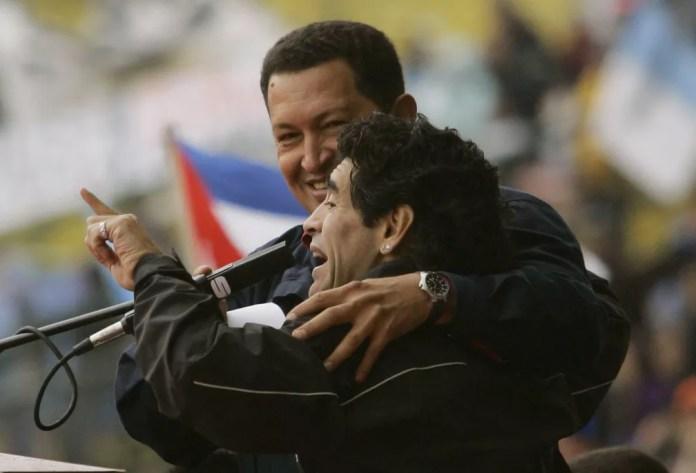 Maradona é fotografado ao lado de Hugo Chávez, ex-presidente da Venezuela, em Buenos Aires no dia 4 de novembro de 2005 — Foto: Dario Lopez-Mills/AP/Arquivo