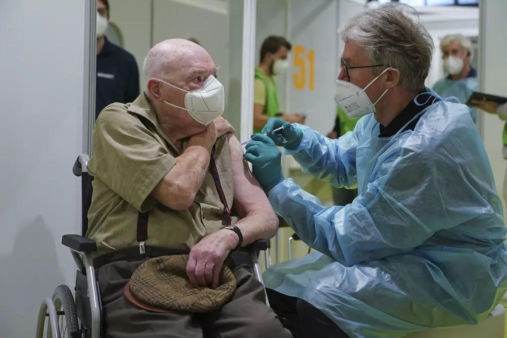 Herri Rehfeld, de 92 anos, recebe dose da vacina contra a Covid-19 em centro de vacinação em Berlim, capital da Alemanha — Foto: Sean Gallup/Pool/AP