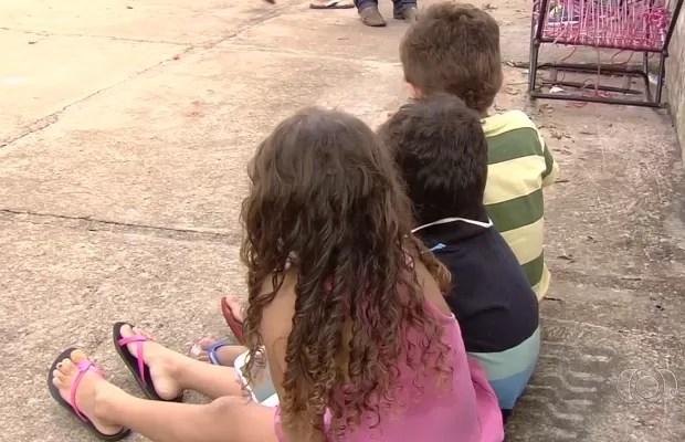 Crianças foram localizadas sozinhas e sem alimentação em casa de Goiânia, Goiás (Foto: Reprodução/TV Anhanguera)