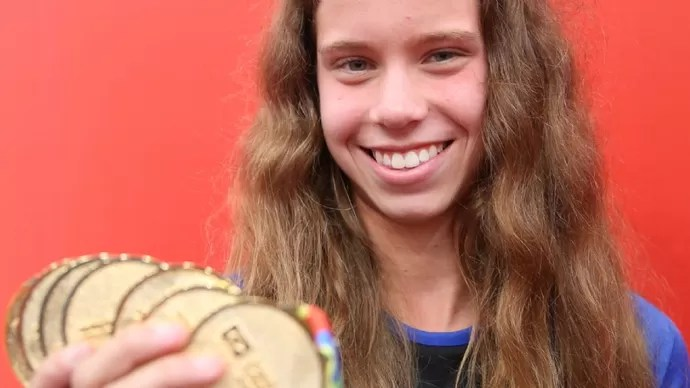 Maria Eduarda Sumida exibe suas medalhas dos Jogos Escolares da Juventude (Foto: Divulgação/COB)