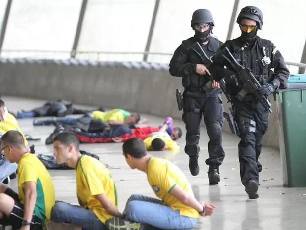 Com pessoas vestindo camisetas do Brasil se passando por detidos no chão, Equipes táticas do Exército Brasileiro e das polícias Militar e Federal de MG fazem simulação no estádio Mineirão, em Belo Horizonte, em preparação para a Olimpíada (Foto: Denilton Dias/O Tempo/Estadão Conteúdo)